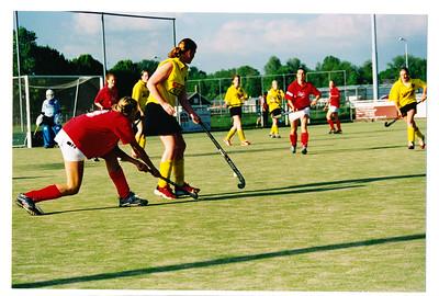 20030510  Achterop: niets Opmerking: hoort bij andere foto's deze wedstrijd  JWBlom: uiterst rechts Willemijn Blom aan de bal m.i. Madelien vGV   Collectie MGV  Fotograaf: MGV  Formaat: 15 x 10  Afdruk kleur