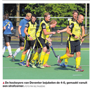 20160925 Onderschrift: De hockeyers van Deventer bejubelen de 4-0, gemaakt vanuit een  strafcorner  De Stentor 26 september 2016 uit Digitale krant Fotograaf: Pim Velthuizen Formaat: ? Digitaal kleur