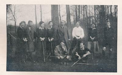 19180401 Onderschrift: zie Clubnieuws april 1940. Foto afkomstig van F.F.E. van Delden Deventer mixed tegen Enschede mixed in Enschede 3-9 Gespeeld op 1 april 1918.  Volgens Clubnieuws vlnr: Mevr. M. Turk-Goedhuis, Dr. A. van Delden (overleden), Machteld Nijland, Mevr. N. de Breuk-van Groningen, Ben Vermin, Mr. B. Schattenkerk, Mevrouw J. Lugard-de Ranitz, Mr. Ewoud v. Delden, en gezeten: Trui Drijver (overleden, broer van onzen voorzitter) en Kees Gelderman Machteld Nijland vertrok op 3 oktober 1918 naar Den Haag (Bevolkingsregister).  Clubnieuws april 1940 Fotograaf: onbekend, Frans van Delden ?  Formaat:10 x 6  Afdruk zw