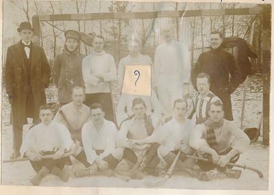19171230 Onderschrift: Hockey Reunie Opmerking: afgedrukt in U.D. Honderd jaar Not out uit 1975, p. 96. Met als onderschrift; 30 december 1917. De U.D.-reunisten winnen met 3-2 van de Deventer Hockey Vereeniging. Staand v.l.nr.: J. Ebeling Koning, H.M. Lugard, H. Hedden, B. Schattenkerk, P. Wernink, Fr. van Delden. Knielend: S.H. van Groningen, Jhr. A. Strick van Linschoten, A. van Doorninck, Zittend: H. van Delden, P. van Delden, H. van der Vegte, W. Wernink, W. van der Vegte. Waarom Strick van Linschoten eruit is geknipt weet ik niet.      Ook zeer uitvoerig verslag in UD-kanon 1917 p. 192 e.v. Blijkens dit verslag gespeeld op Park Braband. Je had blijkbaar daar voor thee een theekaart nodig. De reunisten hadden die niet.   AlbumSimonVanGroningen70  Fotograaf: onbekend  Formaat: 14 x 10 Afdruk zw