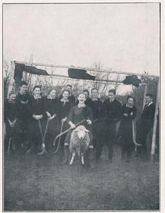 1914 Foto uit Clubnieuws 8 november 1933,p. 30. Onderschrift daar: Een der eerste elftallen in 1914 in Zutfen, v.l.n.r. Nelly Francken, Wim Westenenk, Machteld Nijland, Trini v. Overeem, Lies Westenenk, daarachter Hans v. Delden, Thijs de Vries (o.h.schaap), daarachter Edu Schattenkerk, Henk Vervoort, H. Ankersmit, Lien v. Schilfgaarde. Opmerking: helemaal rechts dus een onbekend persoon. M.i. Albert van Delden vgl andere foto's.  Deze foto ook in Clubnieuws November 1953 Lustrumnummer p. 13. Onderschrift daar idem maar na Lien v. Schilfgaarde Albert van Delden. Dat klopt dus. Machteld Cormadina (?) Nijland kwam in september 1915 naar Deventer (Bevolkingsregister). Geboren 10 augustus 1897 in Mr. Cornelis in Indie. Dus waarschijnlijk om een opleiding te volgen. Zij staat in het BR vermeld als kleindochter. Van wie?      Clubnieuws 8 november 1933, Lustrumnummer, p. 30. Fotograaf: onbekend Afmeting: 10 x 8  Afdruk zw
