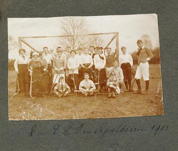 1913 Onderschrift: De D.H.V. in Apeldoorn 1913 Opmerking: DHV met witte shirts.   Gescand 600 dpi kleur   Collectie Postma-Van Houten Fotograaf: ? Formaat: 10 x 7 Afdruk zw