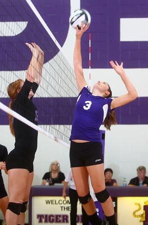 9-12-13<br /> Northwestern vs Maconaquah volleyball<br /> Northwestern's Sydney Zeck<br /> KT photo | Kelly Lafferty