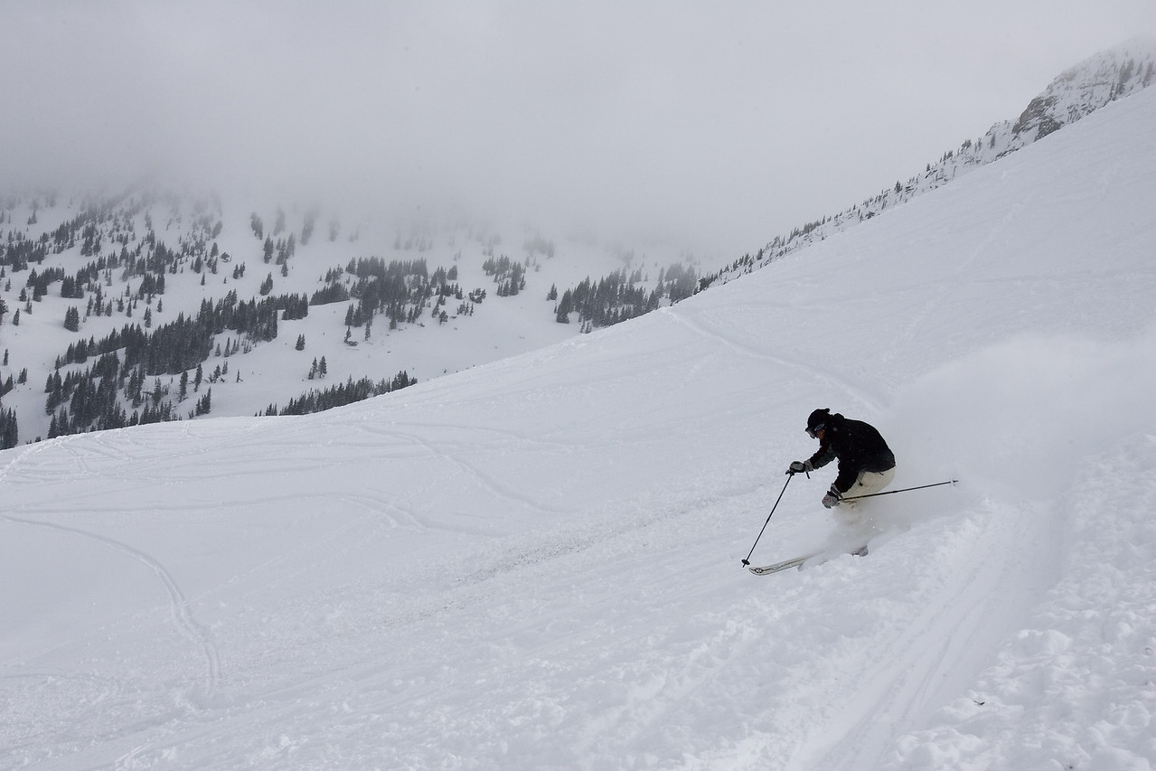 2 seconds later, the skier has passed me. Note the really nice pole control and aggressive downhilll facing upper body position. This guy is sking well and enjoying it.