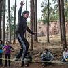 En el slackline a la caida de la noche - Bosque Quenqo - Villa San Blas - Cusco - Perú