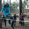 Fabricio Unda en el slackline a la caida de la noche - Bosque Quenqo - Villa San Blas - Cusco - Perú