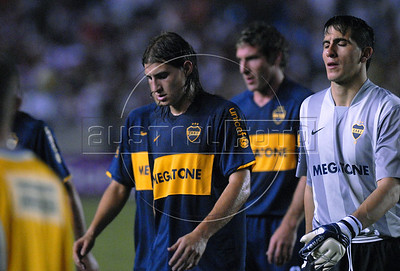 Players of Boca Juniors walk off the field at the end of their Copa Libertadores second leg semi-final soccer match against Fluminense in Maracana stadium, Rio de Janeiro, Brazil, June 4, 2008. Fluminense defeated Boca Juniors, of Argentina, 3-1 and advanced to their first ever Libertadores Cup final.   (Austral Foto/Renzo Gostoli)
