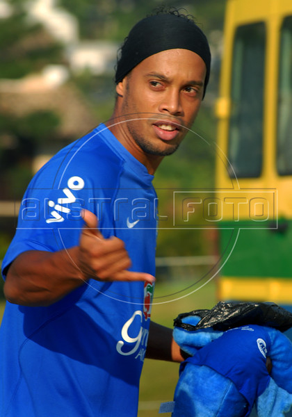 Brazil's Ronaldinho Gaucho, who plays for Spain's Barcelona, give a thumbs up before a training session in Teresopolis, Brazil,  Oct. 12, 2007. Next Oct. 14 Brazil will face Colombia in a World Cup 2010 qualifying match in Bogota.   (FOTO:RENZO GOSTOLI/AUSTRAL FOTO)