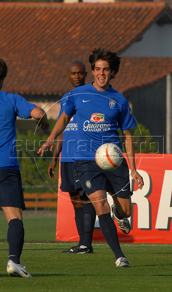 Brazil's Kaka, who plays for Milan of Italy, controls the ball during a training session in Teresopolis, Brazil,  Oct. 12, 2007. Next Oct. 14 Brazil will face Colombia in a World Cup 2010 qualifying match in Bogota.   (Austral Foto/Renzo Gostoli)
