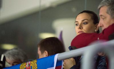 Jelena isinbajeva katsoo lätkää