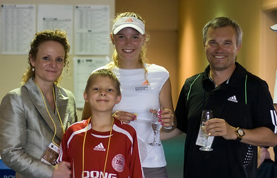 After the match Oscar met Caroline back stage. My wife had brought champagne and some home made cake - just in case. Caroline could only drink water, but she really liked the cakes.