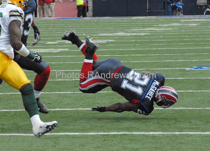 Buffalo Bills Willis McGahee (21) is tripped up after catching a pass in a game against the Green Bay Packers on November 5, 2006.
