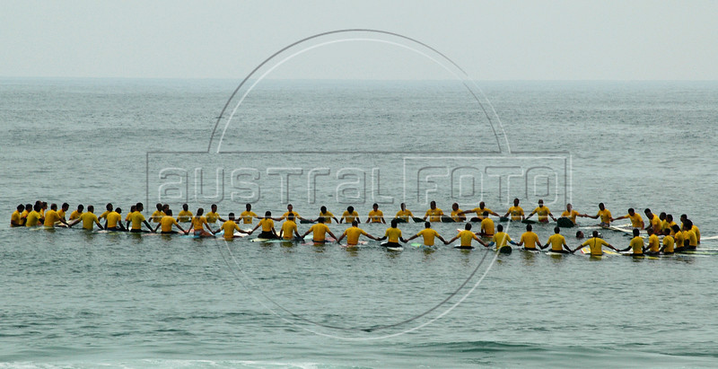 A group of 60 surfers are concentrated before they ride a wave as they attempt to break the world record for number of surfers riding the same wave, Rio de Janeiro, Brazil, Nov. 18, 2005. a spokesman for the Guinness Book of World Records confirmed that the try was successful with a total of 42 surfers achieving at least the five-second minimum time of surfing the same wave simultaneously, beating the previous record of 38 surfers achieved in Australia in 2002.   (FOTO:AUSTRAL FOTO/RENZO GOSTOLI)
