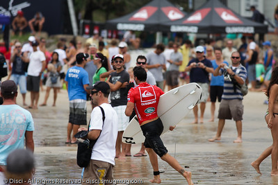 Joel Parkinson races through the crowd to get back to the entry point - Quiksilver Pro, Snapper Rocks, 27 February 2010.
