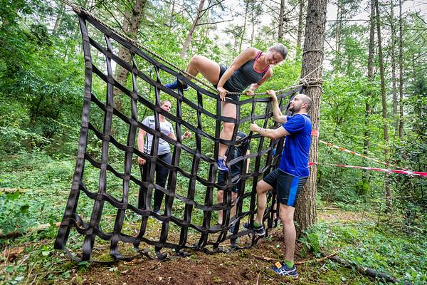 Klimmen over het net en de touwbrug in het bos