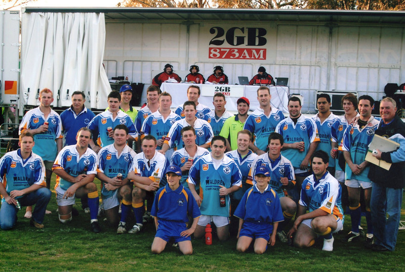 The team from 2009 in front of the 2GB continuous call team who visited Binalong in July 2009.