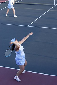 Look how she drops the raquet head...