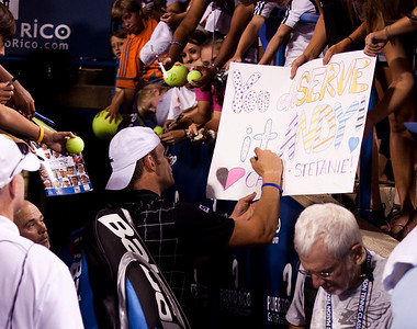 """You deSERVE it ANDY"" - Andy Roddick signs autographs after his win over Benjamin Becker (8/5/09)"