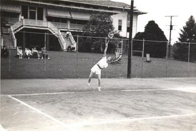 Man Playing Tennis II (01235)