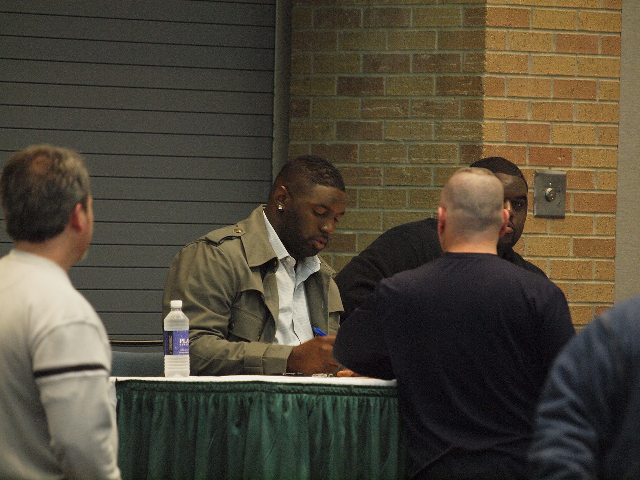 Jay Ratliff of the Dallas Cowboys, signing autographs.