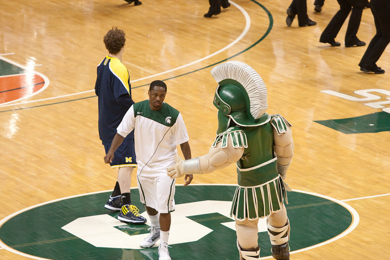 Sparty greeting Kalin Lucas.