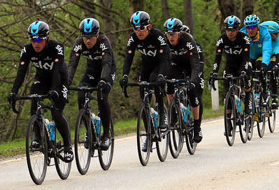 Team SKY in the chase: Peter Kennaugh, Philip Deignan, Geraint Thomas, Ian Boswell, Kenny Elissonde and Mikel Landa. Andrey Zeits and Dario Cataldo (Astana) behind.