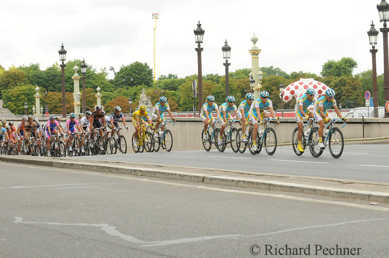 Peloton entering the 8 lap final course from Avenue de New York tunnel with Astania in the lead and in control