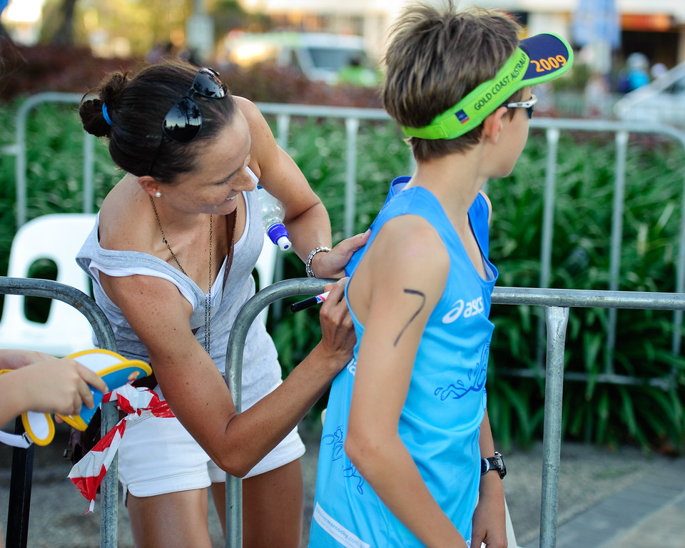 10x8 crop - Emma Moffatt signs autographs - Mooloolaba Men's ITU World Cup Triathlon, 27 March 2010