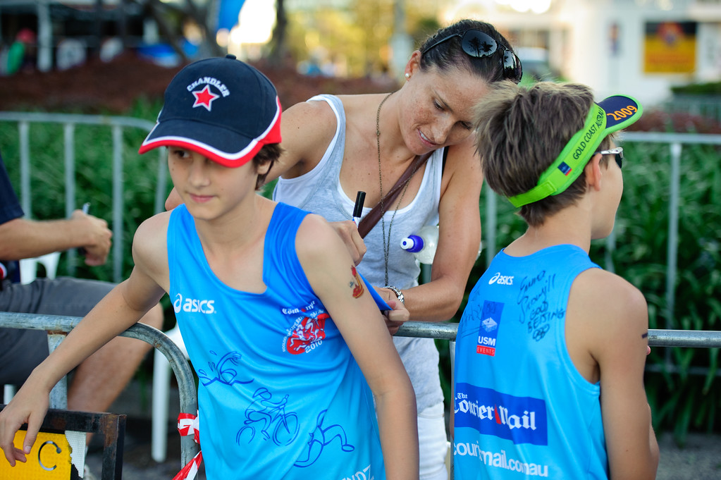 Emma Moffatt signs autographs - Mooloolaba Men's ITU World Cup Triathlon, 27 March 2010