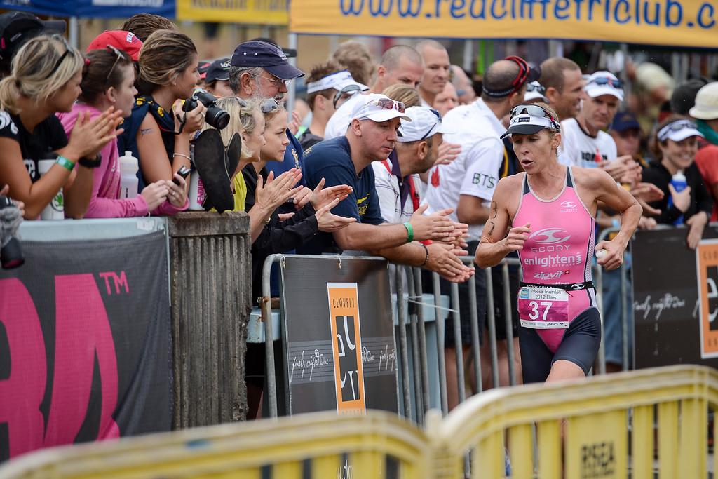 Liz Blatchford - Run Leg - 2012 Noosa Triathlon, Noosa Heads, Sunshine Coast, Queensland, Australia; 4 November 2012. Photos by Des Thureson. Camera 1.