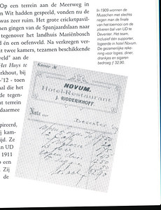 1909 Onderschrift: zie foto  Opmerking: de finale was niet in Deventer, maar op 10 april 1910 in Utrecht.  Dus foutief onderschrift. Hotel Novum was wel een hotel in Deventer. Voorlopig een raadsel. Ik heb nog een geen wedstrijden van Haarlem of de Mussen in 1909 in Deventer gevonden .  Hockeyclub Bloemendaal 1895-1995 p. 25.