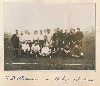 19251220 Onderschrift: zie foto Opmerking: deze foto ook in ArchiefDHVAlbumDrijver. Zie opmerkingen daar.  Zie ook UD-Kanon 10 (1925-1926) no.4 (januari 1926) p. 1362 en 1363  Daar ook de UD-reünisten: Mr.B.M.W.Th. Schattenkerk (Gorcum), F.F.E. van Delden (Deventer), J.A. v.d. Vegte (Den Haag), F. Drijver (voorz.D.H.V., Deventer), Jhr.G.A. Strick v. Linschoten (Amersfoort), Mr. P. v.Delden Szn. (Deventer), H.M. Lugard (Deventer), M. Baron v. Boetzelaar (Bilthoven), P. Wernink (Deventer), Ir. W.L.Z. v.d. Vegte (Beverwijk), Ir. F. van Groningen (Deventer), E. Kluwer (Deventer), A.J. Houck d.h. (Den Haag), Mr. S.H. van Groningen (Twello), P. van Delden Jzn. (Hengelo).  Uitslag 3-3.    AlbumSimonVanGroningen70  Fotograaf: onbekend  Formaat: 11 x 8 Afdruk zw