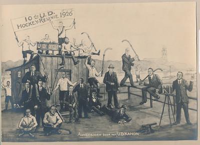 19261219 Onderschrift (getypt) : 1926 10e Hockeyreunie Dak v.l.n.r.: H. Hedden, W. Wernink, P. van Delden Jz.,N. W. v.d. Vegt, P. Wernink st. en zit..: D. Wijnveldt, H. van Schilfgaarde, W.H.Eb.Koning, E. Kluwer, M. van Boetzelaar, W.G. Strick van Linschoten. H.M. Lugard, Fr. van Delden, A.J. Houck, J.Eb. Koning, N. Schattenkerk, M. van Doorninck, S. van Groningen, F. van Groningen Plaat clubhuis U.D Onderschrift 2 geschreven; 10e U.D. - Hockey Reunie (1926). Zie scan.  Opmerking: Ik maak constructie:  op dak vlnr H. Hedden, W. Wernink, Piet van Delden Jzn, N.W. vd Vegte, P. Wernink Helemaal links Wijnveldt, dan drie man H. van Schilfgaarde, H.M. Lugard, F. van Delden. Daaronder Mr. van Doorninck, Mr. S. van Groningen  In deur staand W.J. Ebeling Koning, etc. maak andere keer af.   Archief UD Fotograaf: ? Formaat: 23 x 16  Afdruk zw