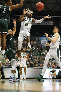 Keith Smith (0) dishes while hanging in the air at the Stan Sheriff Center, Honolulu, Hawaii on January 16, 2020. Smith led all players with 7 dimes.