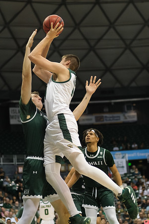 Tuukka Jaakola (14) turns and shoots over Dawson Carper (44) at the Stan Sheriff Center, Honolulu, Hawaii on January 16, 2020.