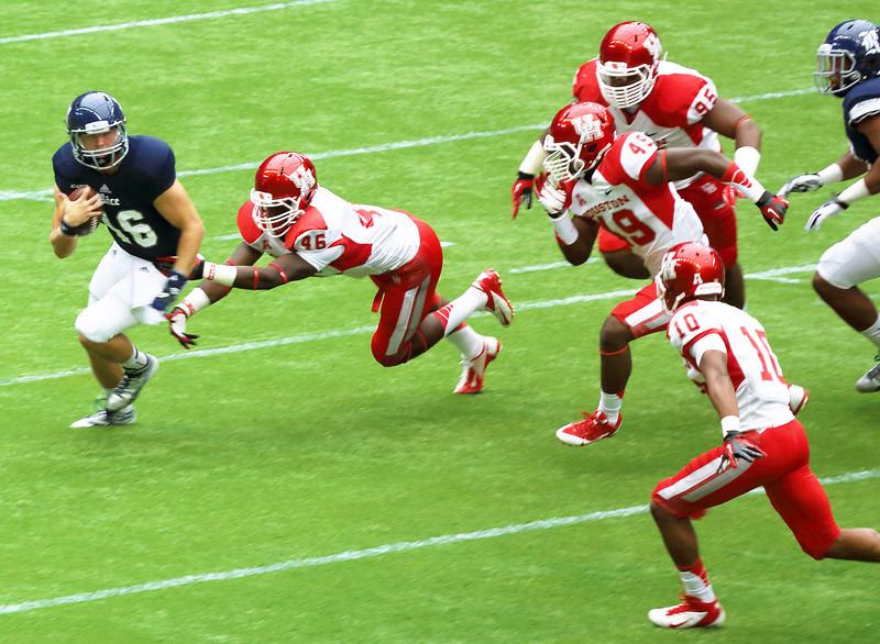 UH's Harris tackling Quarterback McHargue
