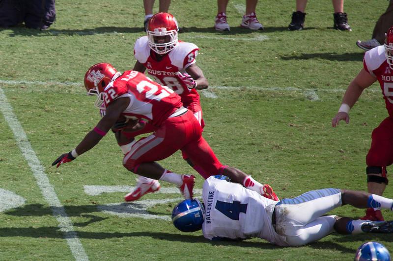Ballentine tackles UH's Jackson.