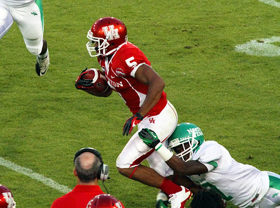 UNT tackler tries to bring Sims down