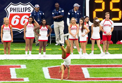 The Houston Cheerleaders are also warming up.