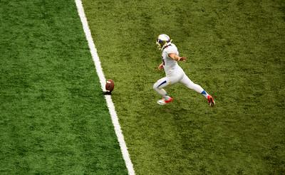 Salazar kicks off for Tulsa.