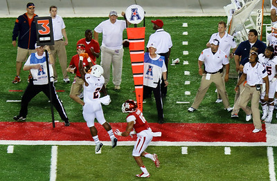 Find the football (upper center).  Will UTSA running back Williams catch it?