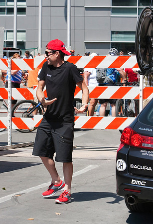 Cadel Evans - elite racer, Tour de France winner - stumped trying to figure out how to take a bike off the roof rack.
