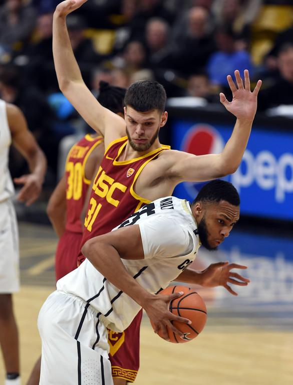 . Dallas Walton tries to get around Nick Rakocevic, of USC, in the second half.  Cliff Grassmick / Staff Photographer/ February 21, 2018