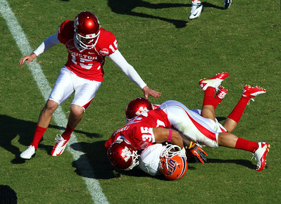 UH Kicker Leone tries to help Farrow tackle UTEP returner