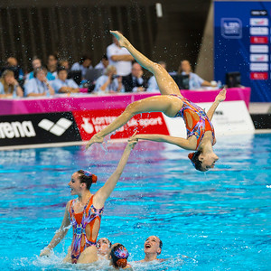 The Spanish team perform a difficult routine. LEN Euroean Championships, London - Synch Team Finals.