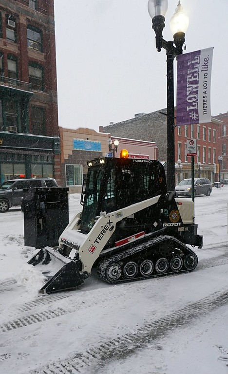 . With the storm picking up in intensity, Ed Larkin of the Lowell Department of Public Works keeps downtown sidewalks clear at the intersection of Merrimack and Central Streets. (SUN PHOTO/ Chris Tierney)