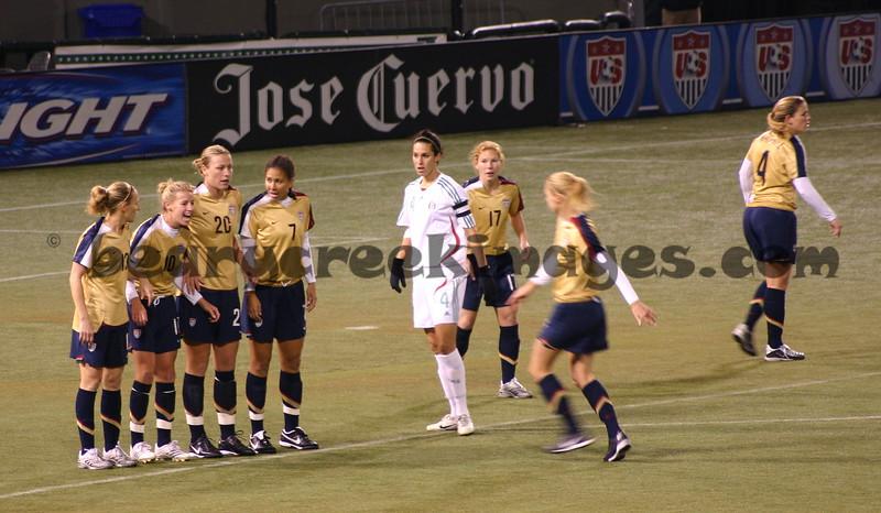 Setting up line (US left to right: Lilly, Wagner, Wambach, Boxx, Chalupny, Tarpley, Whitehill)