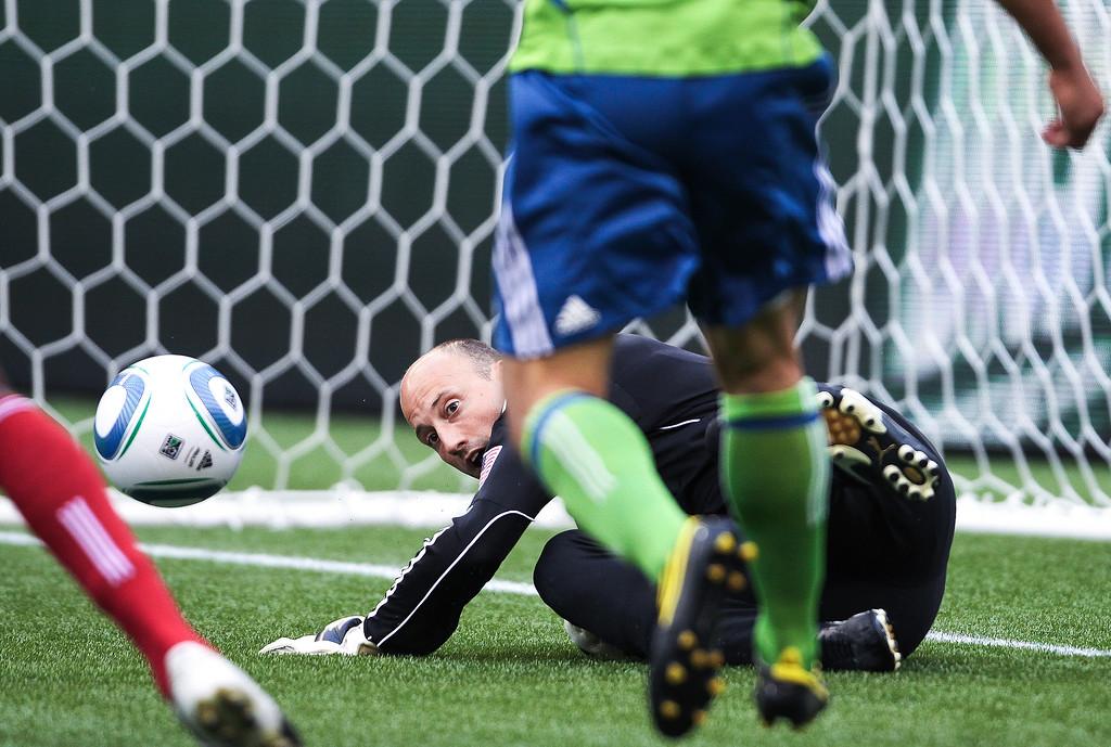 Goalkeeper Kasey Keller deflects a shot from FC Dallas midfielder David Ferreira during the first half.