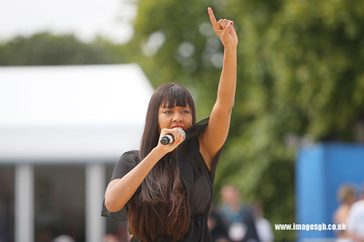 Singer–songwriter VV Brown entertains the crown at Visa FICB Beach Volleyball