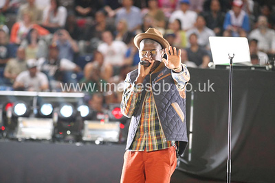 """Labrinth (Timothy McKenzie) performs his hit  """"Earthquake"""" at half time"""